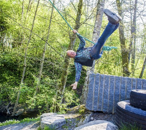 Huske: Gunnar Berven tar gjerne utfordringen og tester slenghusken som går over Bergselva.