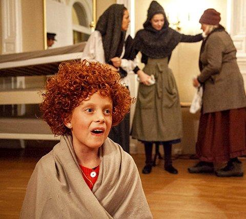 SNART PREMIERE: Onsdag 11. desember går teaterforestillingen «Annie» på Oseberg Kulturhus. Da kan du se Moa Aukland i hovedrollen.