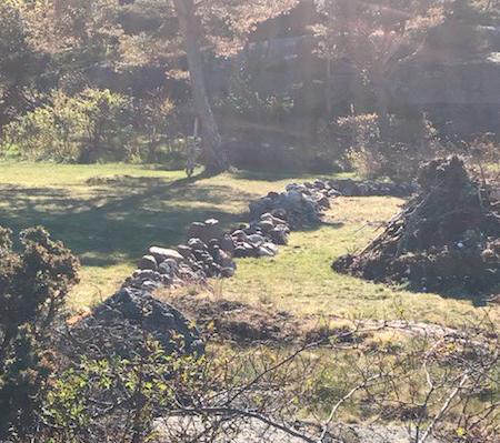 FLYTTET: Dette steingjerdet ble meldt inn som en potensiell ulovlighet.
