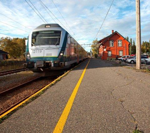 Pendlerrute: Flere rakstinger pendler hver dag ut av byen for å komme seg på job. Ofte stopper Mysentoget på Rakkestad stasjon.