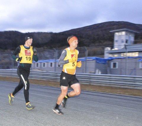 DUELL: Lars Kristian Granlund (t.h.) og Jan Erik Hanssen noen hundre meter før mål i historiens første ACR Challenge. Lars Kristian vant etter en sterk spurt. Vinnertida ble 13.08 minutt. Foto: Trond Isaksen