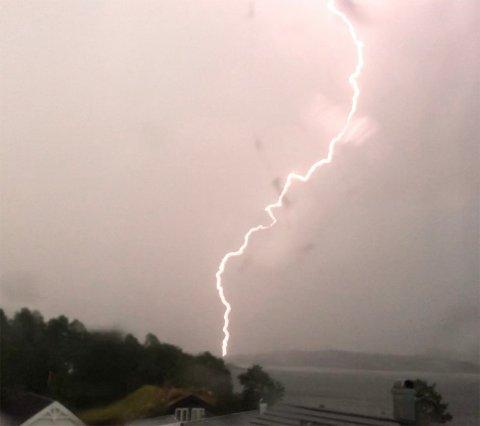 Lyn: Fotografen skriver at han tror dette lynet kan ha slått ned ved Loreåsen.