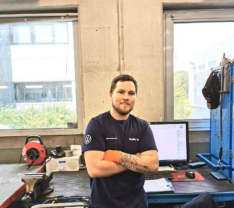 Møller Bil Stavanger: Aleksander Olsen har jobbet som bilmekaniker i over fire år og kunne ikke tenke seg å jobbe med noe annet.