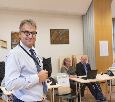 Jevn strøm: Stein Juliussen, leder av stemmestyret for Borgen valgkrets, forteller om en jevn strøm av stemmende i går.