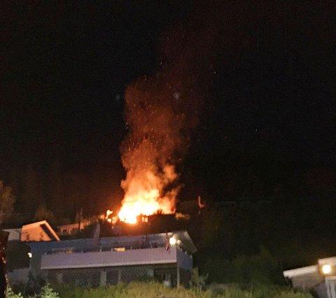 ØDELAGT: Flammene herjet med hytta.