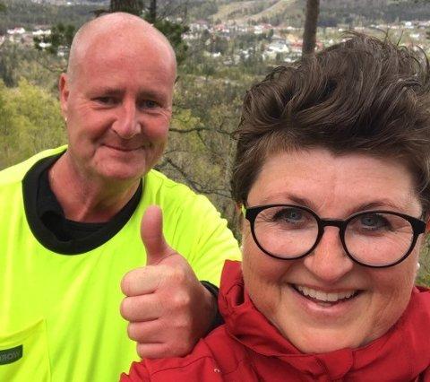 SPREKE: Anne Vegerstøl og Olav Hommelsgård er i god 17. mai-form og gikk faktisk alle toppturene i Vegårshei på én dag.