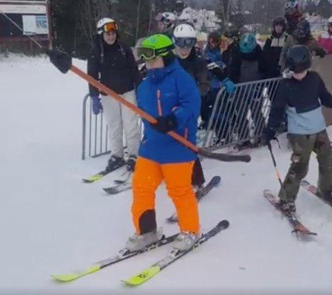 SESONGÅPNING:Første alpinist opp heisa i Varingskollen søndag.
