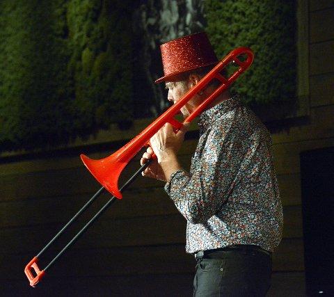 Arne Eggen på trombone i avslutningsnummeret.