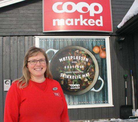 GODTFOLK. Butikksjef Ingunn Nilsgård har ingenting å utsette på stemningen ved Coop Marked Glåmos.