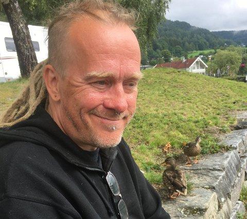 Tom Inge Ausland fra Gjerstad startet i fjor Jul for alle i Gjerstad. I år er han klar til å kjøre ut matkasser til de som trenger det før jul.