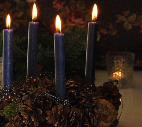 BOTSFARGE: Fra cirka år 1200 ble det vanlig med fire liturgiske hovedfarger. Til advent og fastetiden er det fiolett som gjelder.