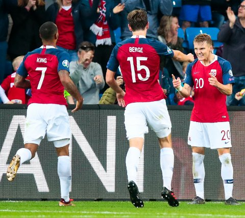 Joshua King, Martin Ødegaard og Sander Berge jubler for Ødegaard sin 2-0-scoring under EM-kvalifiseringskampen mellom Norge og Romania.  Foto: Lise Åserud / NTB scanpix