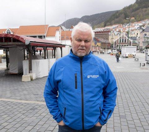 JÆVLIG DÅRLIG: Talsmann for torghandlerne, Åge Sørensen, er lite fornøyd med sommeren.FOTO: ARNE RISTESUND