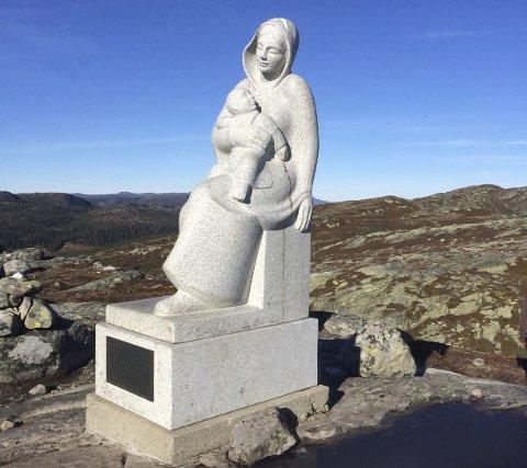YNDET TURMÅL: Madonnastatuen i Trillemarka er et populært turmål, men stien som må gås er ikke god. I sommer skal den oppgraderes med 200 tonn skifer.Begge foto: Privat