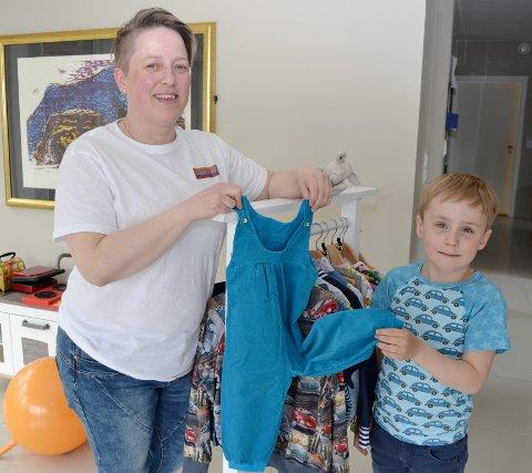 STARTEN: Denne buksen som kalles Casper buksa, startet det hele, Cille Buin og Casper viser frem den turkise fløyelsbuksen.