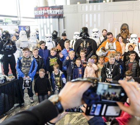 Foto for kreftforeningen: Gjengen fra Star Wars lot seg avfotografere for inntekt til Barnekreftforeningen i Østfold. Her hadde de samlet alle barna som var til stede under fremvisningen av alle kostymene. Begge foto: Kent inge olsen