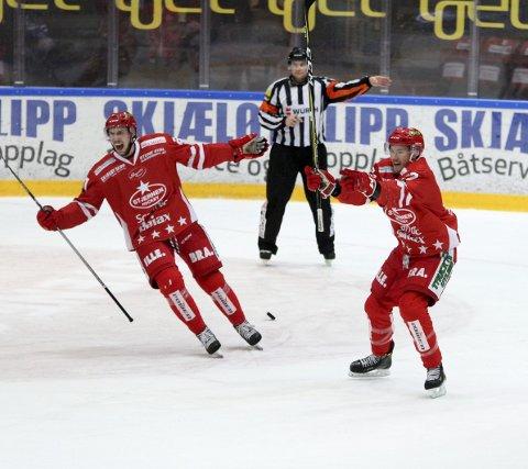 Stjernen-jubel: Simon Karlsson (til venstre), Dan Nygård og resten av Stjernen-gjengen kunne juble til slutt i en vanvittig dramatisk og underholdende kamp mot Vålerenga.alle foto: sofia kitterød