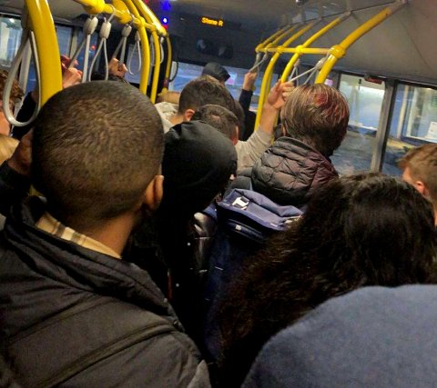Slik har alt for mange busser sett ut de siste ukene. Skoleelever står tett, og er langt fra å oppfylle FHIs smittevernråd.