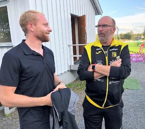 GAMLE KJENTE: Henrik Kjelsrud Johansen hadde større grunn til å smile enn sin gamle klubbkompis Tommy Fyhn,  som er i støtteapparatet til Raufoss, etter at FFK slo Raufoss.