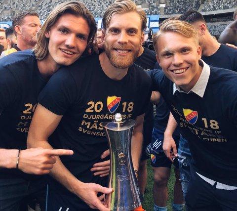 POKALEN: Julian Kristoffersen (t.v.) og to av hans lagkamerater med pokalen etter cupseieren til Djurgården torsdag.