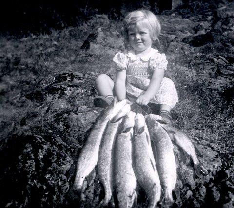 BORREVANNET: Matauk i 1947, her ser vi artikkelforfatter Hanne Christensen med dagens fangst.