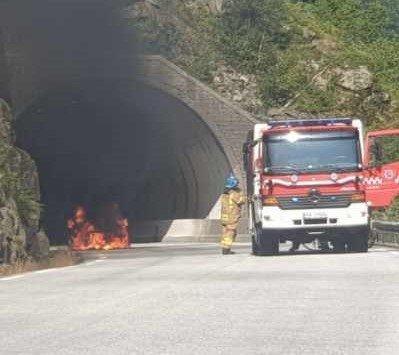 En bil sto i fyr og flammer like øst for tunnelen ved Giljajuvet. Brannvesenet har nå fått slukket brannen.