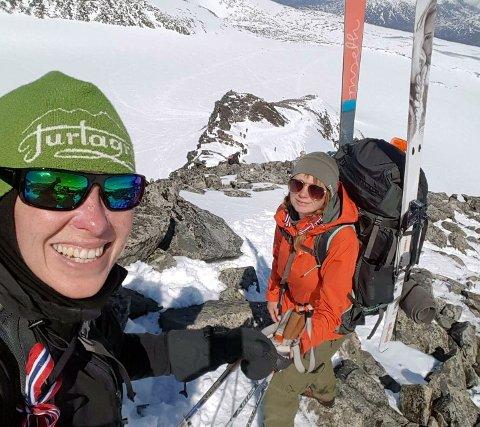 Venninnene Heidi Andreassen og Yvonne Bunes hadde pratet lenge om å gjøre noe spesielt på nasjonaldagen. 16.mai utpå ettermiddagen var de på veg til Norges høyeste fjelltopp for å ligge i telt.