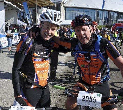 ÅTTENDE SEIER: Willie Juul Pedersen (til venstre) vant igjen, og gratuleres av lagkamerat Rune Rikoll som perset med fire minutter og tok sitt merke nummer ti i verdens største terrengsykkelritt.