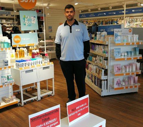 SMITTEREDUSERENDE TILTAK: Apoteker Nuno Marques på Apotek 1 Avaldsnes har innført en rekke smittereduserende tiltak for sine ansatte og kunder.