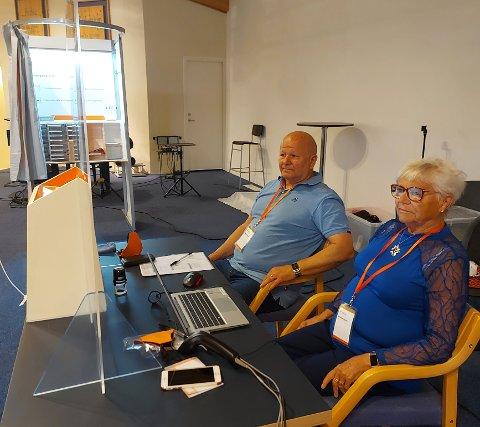 SUKSESS: Nå kan du stikk og stemme på Betel. Her er stemmemottakerne Trond Kaggerud og Inger Berg.