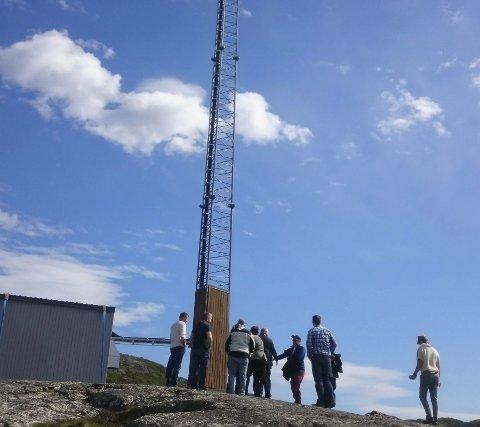 Senderen: Delegasjon fra Telia og kommunen framme ved masten som skal forsyne Lanabukt med dekning.