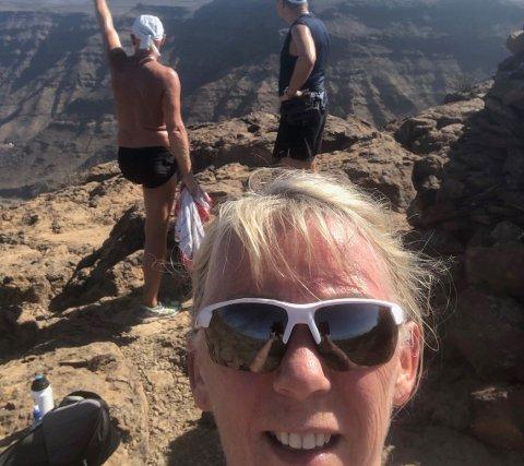 Torild Lende Fjermestad liker godt å gå tur i fjellet på  Gran Canaria. Her tar hun en selfie på en av turene.