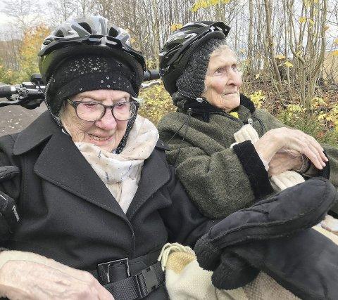 200 til sammen: Gulborg Østerbø (102) og Else Karoline Pettersen (98) i fremste rekke da båndet skulle klippes. Også Ida Marie Solhøj fra Barnas Turlag fikk klippe det røde båndet. Foto: Pål Nordby