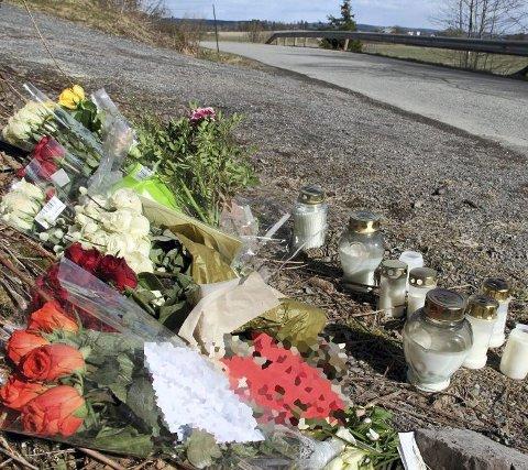 Blomsterhilsen på ulykkesstedet: Fire stolper i autovernet på andre siden av veien ble knekt tvers av i sammenstøtet her i Fossveien 27. mars. Foto: Lars Ivar Hordnes