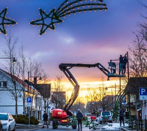 KLARGJØRES: Selv om selve arrangementet er avlyst, vil det bli julelys i sentrum, også i år.