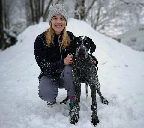 VIL KUNNE FÅ SKADER: Veterinær Yngvil Grønning påpeker at selv trekkhunder, som denne vorsteherblandingen på seks måneder, vil kunne få frostskader om den blir værende ute for lenge.