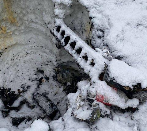 SØPPEL: I bålrestene er det tegn som tyder på utstrakt søppelbrenning på parkeringa ved Kjennerudvannet.