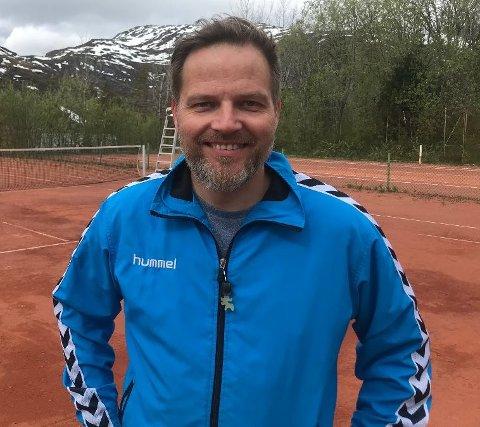 Rainer Solheim er oppgitt over hærverk på tennisbanen i Svolvær.
