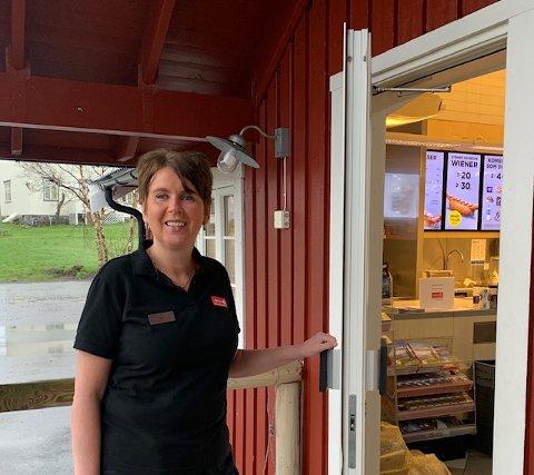 May Sæthre ved Circle K på Reine overtok kiosken i 1987, bare 21 år gammel - og har vært daglig leder i over 30 år.