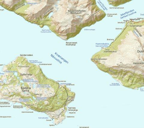 Marine Harvest ønsker å legge oppdrettsanlegget i sundet på østsida av øya Spildra. (Kartiskolen.no)