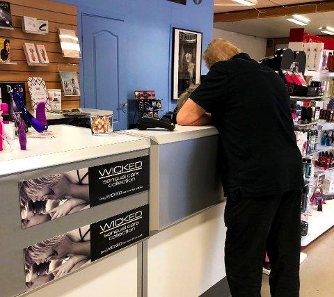 - IKKE FLAUT: Mannen RB møter ved disken synes ikke det er flaut å handle i sexbutikken. – Man får hjelp om man lurer på noe, sier han. FOTO: LINDA INGIER