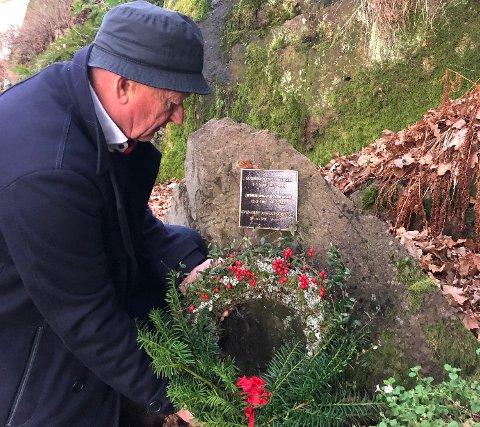 MINNES: Morten Opsahl legger ned krans på Sven Oluf Sørensens grav i Holmsbu.