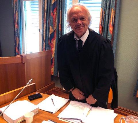 Den bedrageridømte Sarpsborg-kvinnens forsvarer, advokat Harald Otterstad, opplyser at hans klient har trukket anken av dommen på fengsel i ett år og sju måneder hun fikk av Sarpsborg tingrett tidligere i sommer. Hun aksepterer også å betale over tre millioner kroner i erstatning til sine tidligere naboer. Her er forsvareren avbildet under rettssaken i slutten av juni i år.