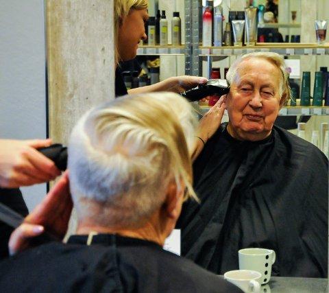 BLIR NY: 78 år gamle Arne Strand gir frisør Helene Skredderbakken frie tøyler.