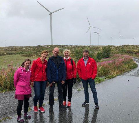 Lovise Johanne Sæter (Nasjonalt vindenergisenter), Ragnhild Rødahl (Smøla AP), Alf Ole Ødegård (Smøla AP), Tove-Lise Torve, ordfører Roger Osen i Smøla Vindpark.
