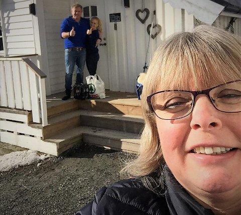 God hjelper: Irene Zomers og Geir Arne Einvik sitter i karantene etter utenlandstur, og er glade for å få hjelp til handling. Anita Einvik hjelper gjerne til.
