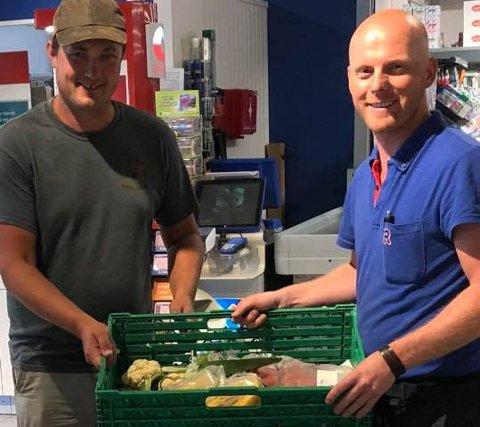 UNNGÅR MATSVINN: Bonde Emil Ljone (til venstre) får frukt og grønnsaker til dyra av kjøpmann Rolf Erik Sørensen ved Rema1000 Kilen.