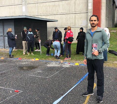 """- Viktig tiltak: Sergio Chavez sto i bresjen for """"Åpen dag"""" i fritidstilbudene på Tynset. Her foran standen for TIF Orientering."""