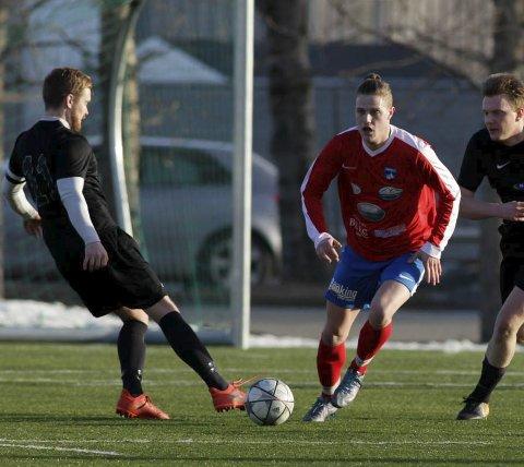 Tett: Stevan Vukovic og Værøy, her i kamp mot Storm Bodø, er ett av lagene som kniver om å komme seg med på øvre halvdel før serien deles.Foto: Mats Torbergsen