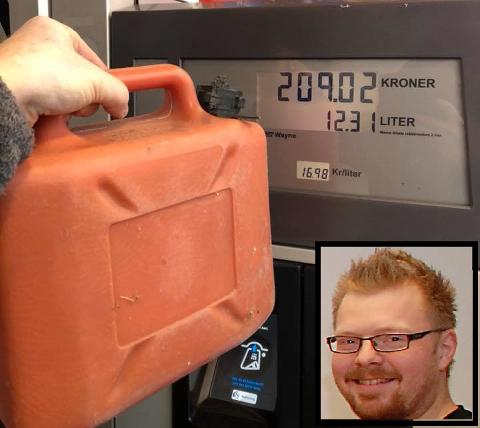 SPRIK: Fredrik (innfeldt) måtte betale for 12.31 liter da han ikke fylte 5-literskanna full.